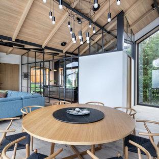 Diseño de comedor madera, exótico, de tamaño medio, abierto, con paredes blancas, suelo de madera clara y suelo beige