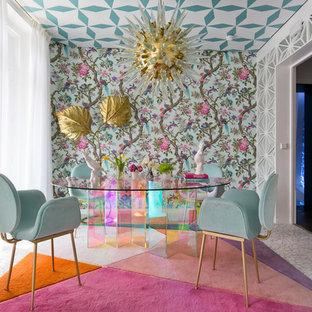 Imagen de comedor bohemio con paredes verdes y suelo blanco