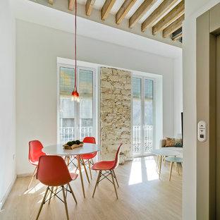 Idee per una piccola sala da pranzo aperta verso la cucina design con pareti bianche e parquet chiaro