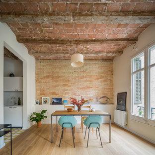 Diseño de comedor industrial, de tamaño medio, abierto, sin chimenea, con suelo de madera en tonos medios y paredes multicolor