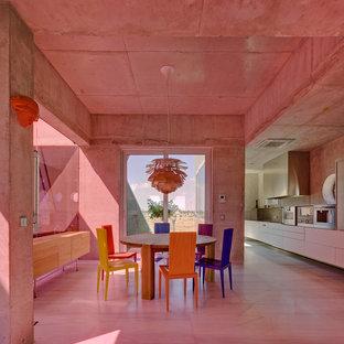 Foto di una sala da pranzo aperta verso il soggiorno minimal di medie dimensioni con pareti grigie