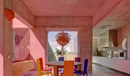 Houzz Испания: Дом у моря с цветным стеклом и яркими полами