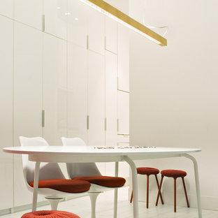 Imagen de comedor contemporáneo, de tamaño medio, cerrado, sin chimenea, con paredes blancas y suelo de madera pintada