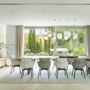 Diseño de comedor contemporáneo con paredes blancas y suelo beige