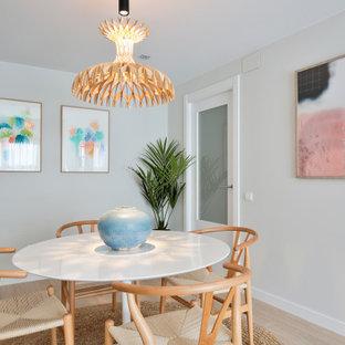 Ejemplo de comedor escandinavo, de tamaño medio, cerrado, con paredes grises, suelo de madera clara y suelo beige