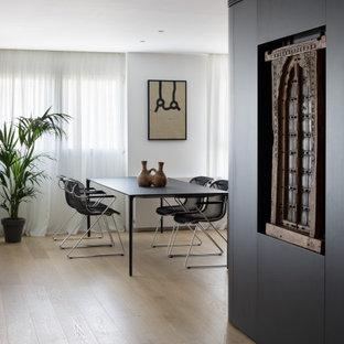 Foto di una grande sala da pranzo aperta verso il soggiorno design con pareti nere, pavimento in legno massello medio e pavimento marrone