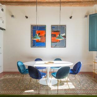 Ejemplo de comedor mediterráneo con paredes blancas