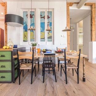 Ejemplo de comedor ecléctico con paredes blancas y suelo de madera en tonos medios