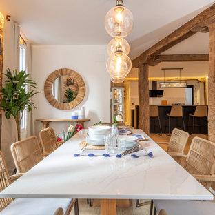 Imagen de comedor ladrillo, costero, grande, abierto y ladrillo, con paredes blancas, suelo beige y ladrillo