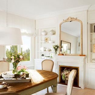 Modelo de comedor tradicional, grande, cerrado, con paredes beige, suelo de madera clara, suelo beige y chimenea tradicional