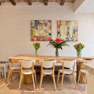 Diseño de comedor de cocina actual con paredes blancas, suelo de madera en tonos medios y suelo marrón