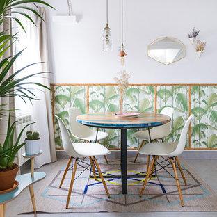 Ejemplo de comedor exótico con suelo de baldosas de cerámica, suelo gris y paredes multicolor