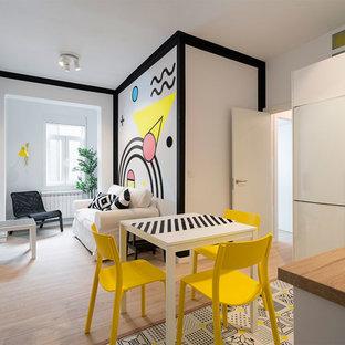 Ejemplo de comedor actual, pequeño, abierto, con suelo de madera clara, suelo beige y paredes blancas