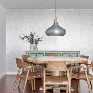 Foto de comedor papel pintado, tradicional renovado, de tamaño medio, papel pintado, con paredes grises, suelo marrón y papel pintado