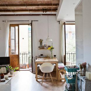 Modelo de comedor ecléctico, de tamaño medio, sin chimenea, con paredes blancas, suelo de madera clara y suelo beige