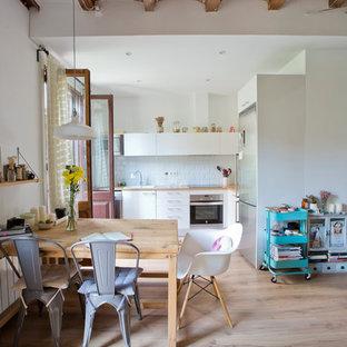Foto de comedor de cocina escandinavo, de tamaño medio, sin chimenea, con paredes blancas, suelo de madera clara y suelo beige