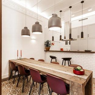 Imagen de comedor de cocina mediterráneo, grande, con paredes blancas, suelo de baldosas de cerámica y suelo multicolor