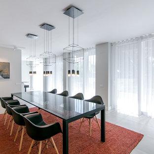 Diseño de comedor actual, cerrado, con paredes grises y suelo beige
