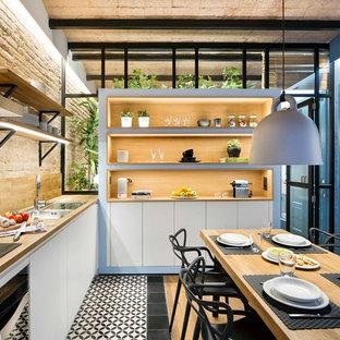 Ispirazione per una sala da pranzo aperta verso la cucina costiera di medie dimensioni con pareti multicolore