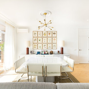 Esempio di una sala da pranzo aperta verso il soggiorno minimalista di medie dimensioni con pareti bianche, pavimento in legno massello medio, pavimento giallo e nessun camino