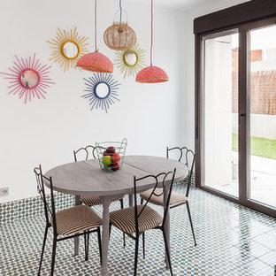 Diseño de comedor bohemio con paredes blancas, suelo de baldosas de cerámica y suelo multicolor
