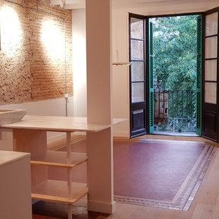 Idee per una sala da pranzo aperta verso il soggiorno industriale di medie dimensioni con pareti bianche, pavimento in terracotta e pavimento multicolore