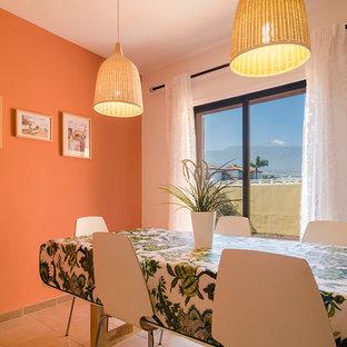 Offenes, Kleines Kolonialstil Esszimmer mit oranger Wandfarbe in Sonstige