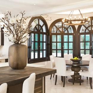 Foto de comedor de cocina clásico renovado, extra grande, con paredes beige y suelo beige