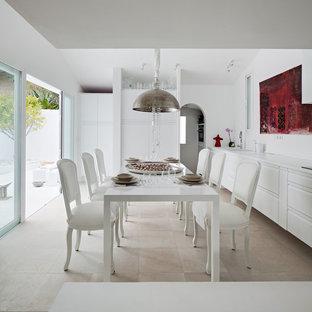 Imagen de comedor de cocina mediterráneo, grande, sin chimenea, con paredes blancas, suelo de travertino y suelo beige