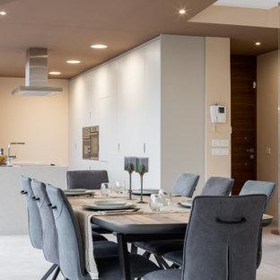Diseño de comedor de cocina actual, de tamaño medio, con paredes beige y suelo gris