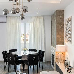 セビリアの広いコンテンポラリースタイルのおしゃれなLDK (白い壁、磁器タイルの床、標準型暖炉、積石の暖炉まわり、グレーの床、レンガ壁) の写真