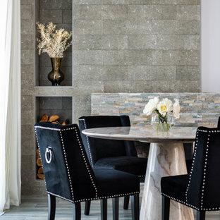 Inspiration för en stor funkis matplats med öppen planlösning, med vita väggar, klinkergolv i porslin, en standard öppen spis och grått golv