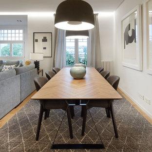 Diseño de comedor actual, de tamaño medio, abierto, con paredes blancas y suelo beige
