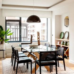 Ejemplo de comedor contemporáneo con paredes blancas, suelo de madera en tonos medios y suelo marrón