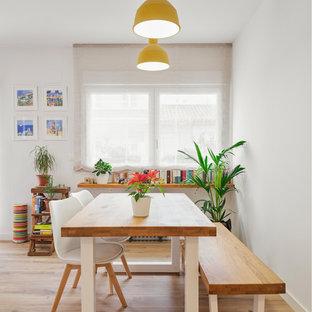 Ejemplo de comedor nórdico, grande, con paredes blancas y suelo de madera en tonos medios