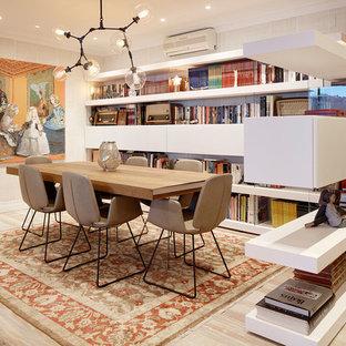 Imagen de comedor actual, abierto, con suelo de madera clara, paredes beige y suelo beige