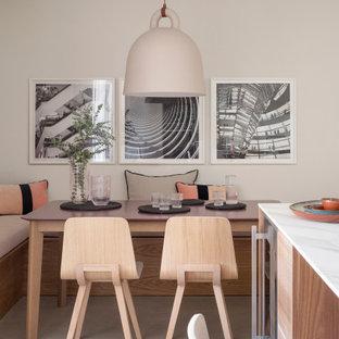 Foto de comedor de cocina contemporáneo, pequeño, sin chimenea, con paredes beige y suelo beige