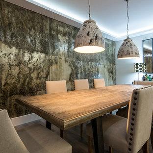 Foto di una grande sala da pranzo aperta verso il soggiorno minimal con pavimento in legno massello medio, nessun camino e pareti con effetto metallico