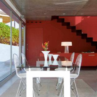 Imagen de comedor actual, grande, abierto, con paredes rojas, suelo de baldosas de porcelana y suelo gris