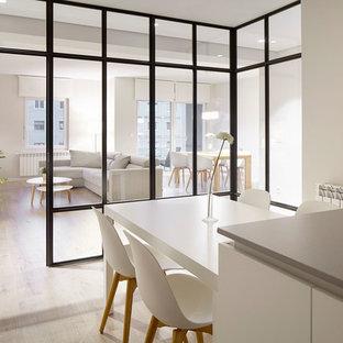 Idee per una sala da pranzo aperta verso la cucina scandinava di medie dimensioni con pareti bianche, parquet chiaro e nessun camino