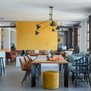 マラガのエクレクティックスタイルのおしゃれなLDK (白い壁、コンクリートの床、横長型暖炉、漆喰の暖炉まわり、グレーの床) の写真