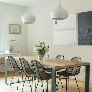 Imagen de comedor actual con paredes beige y suelo de madera clara