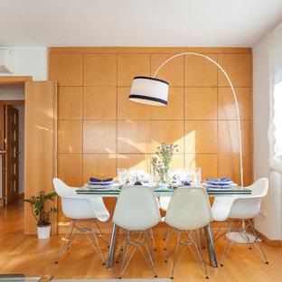 Imagen de comedor tradicional renovado, de tamaño medio, cerrado, con paredes metalizadas, suelo de madera en tonos medios y suelo naranja