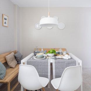 Diseño de comedor de cocina escandinavo, de tamaño medio, con paredes grises y suelo de baldosas de cerámica