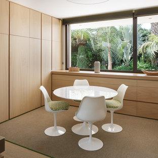 Ejemplo de comedor contemporáneo, cerrado, con paredes blancas, suelo de madera clara y suelo beige