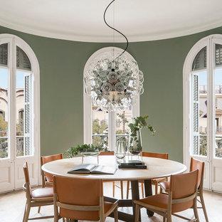 Diseño de comedor de cocina mediterráneo, de tamaño medio, con paredes verdes, suelo de madera en tonos medios, marco de chimenea de ladrillo y suelo beige