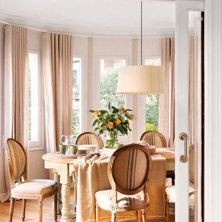 Diseño de comedor romántico, grande, cerrado, sin chimenea, con paredes beige y suelo de madera en tonos medios