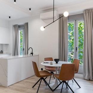 Ejemplo de comedor de cocina contemporáneo, pequeño, con paredes blancas, suelo de madera clara y suelo beige