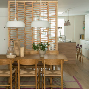Foto de comedor de cocina contemporáneo, de tamaño medio, sin chimenea, con paredes beige, suelo de madera en tonos medios y suelo marrón