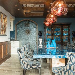 Ejemplo de comedor mediterráneo, grande, cerrado, con paredes azules y suelo gris